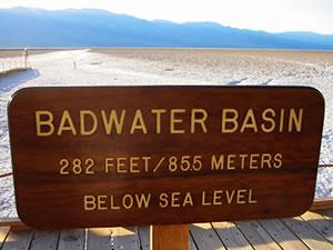 バッドウォーター 海抜マイナス282フィート(-86m)の谷底