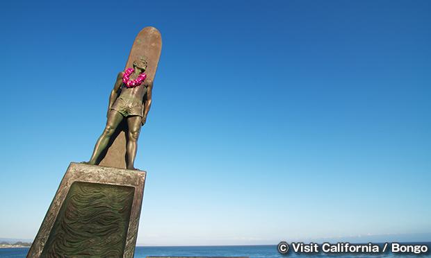 サーファーの像